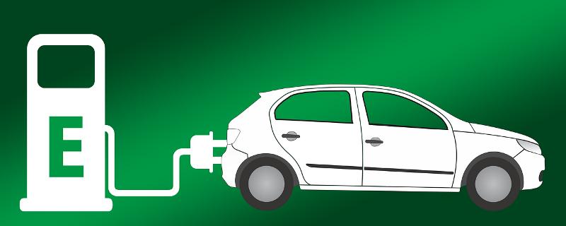Tecknad bild:på grön bakgrund en vit laddningsstation med sladd och överdrivet stor kontakt på väg att kopplas in i en vit bil.
