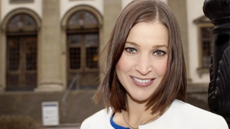 Ella Bohlin har halvlångt brunt hår