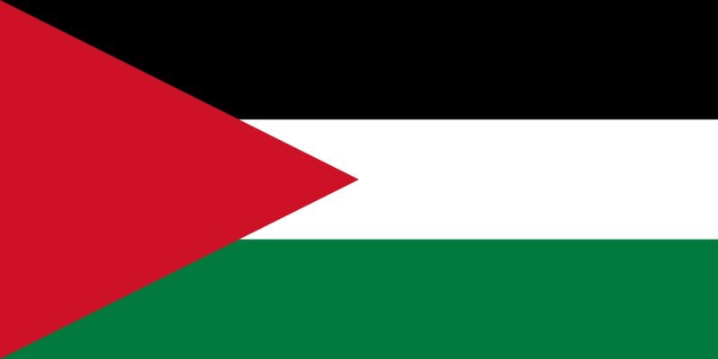 Flagga med tre horisontella färgfält, svart vitt och grönt samt en röd triangel närmast flaggstången.