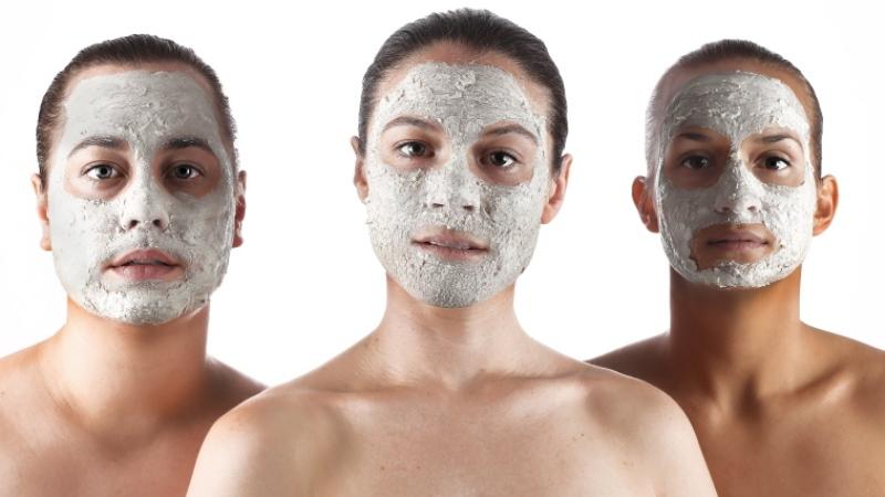 Närbilder på tre skådespelare med vitsminkade ansikten