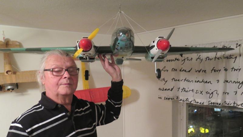 Man med modellflygplan
