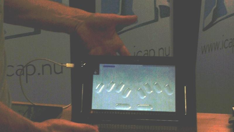 Surfplatta med punktskriftstangenter på skärmen.