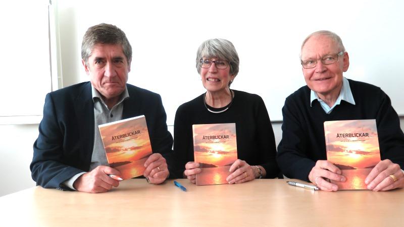 Krister Inde, Kjesrtsitn Fellenius och Örjan Beckman håller upp boken Återblickar.