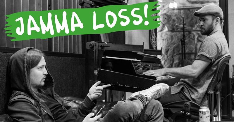 En skäggig man med långt mörkt hår sitter i en soffa med en smartphone i handen. Huvan på hans luvtröja är uppfälld. Vid ett keyboard sitter en annan man. Han har skägg, t-shirt och keps. I förgrunden texten Jamma loss! med vita bokstäver på grön bakgrund.