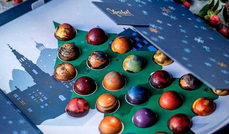 Adventskalender med julgransmotiv och chokladpraliner