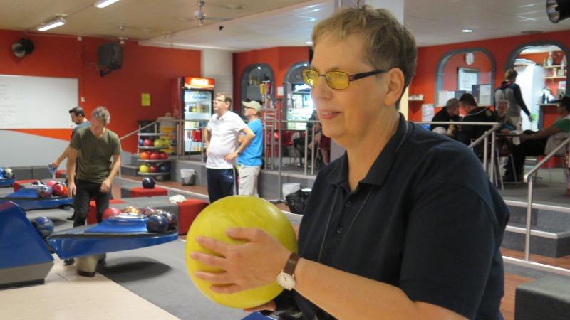 Kvinna med bowlingklot