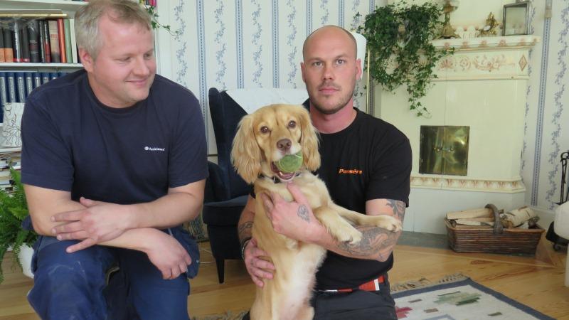Två män och hunden Kotte, som är blond och lurvig.