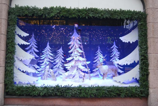 Julskylfönster,  granar och snö i vitt papper, mörkblå fond