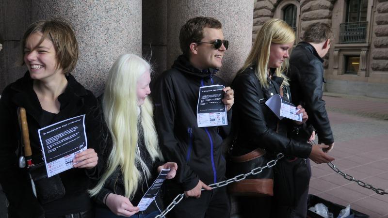 Fyra personer som blir fastkedjade i riksdagen.