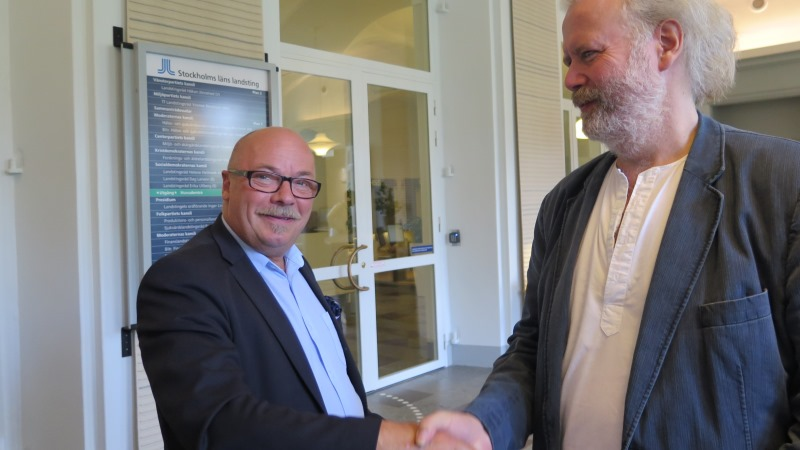 Christer G Wennerholm skakar hand med Fredrik Ahlkvist.