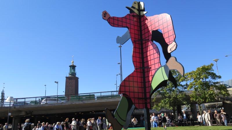 Staty av seriefigur med stadshuset i bakgrunden