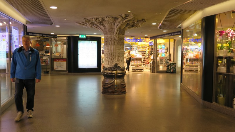 En vit pelare täckt av kroppsdelar och olika föremål som har med Hornstulls historia att göra.