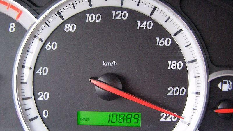 En rund hastighetsmätare.