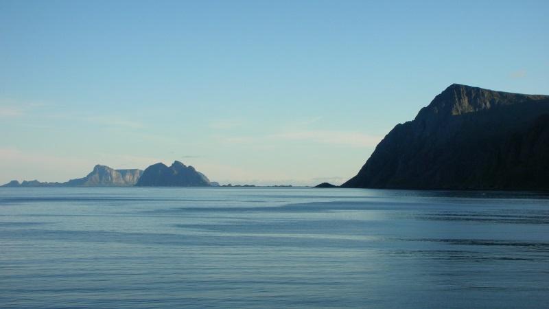 Bild av en del av Lofoten i Norge. Berg möter hav. Bild: Hopfenpflü.