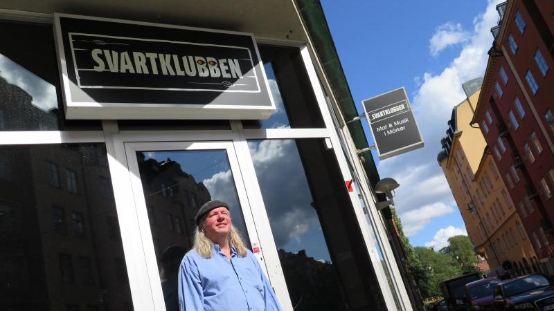 Ulf Nordquist har axellångt hår och basker.