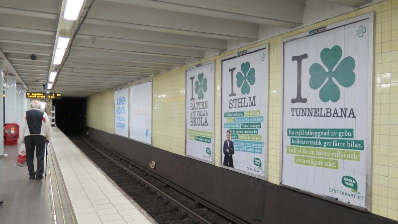 Bild på affischer längs tunnelbanespåret.