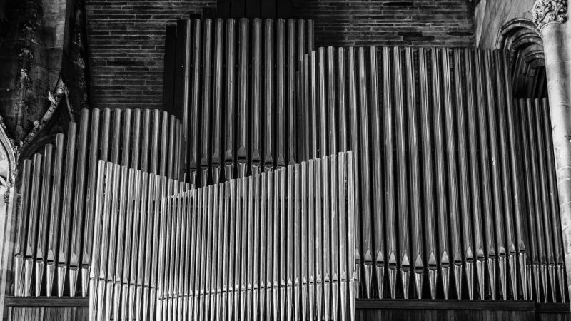 Närbild på orgelpipor