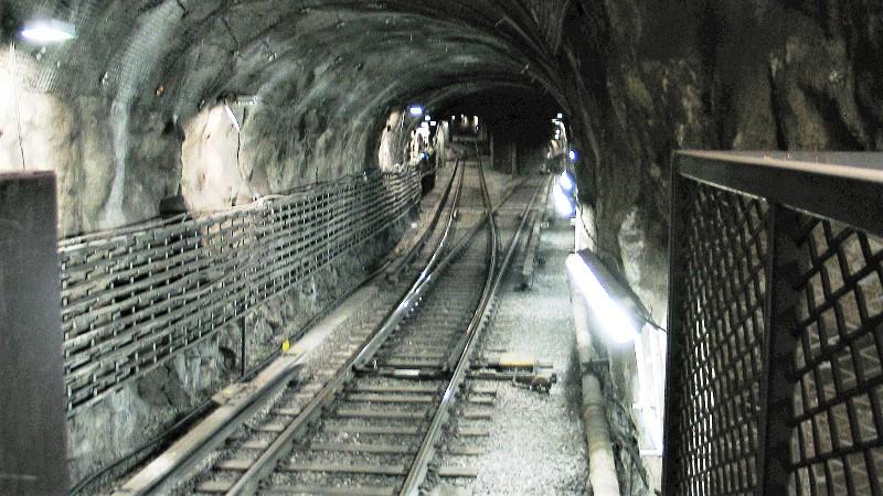 Foto tunnelbanespår i tunnel