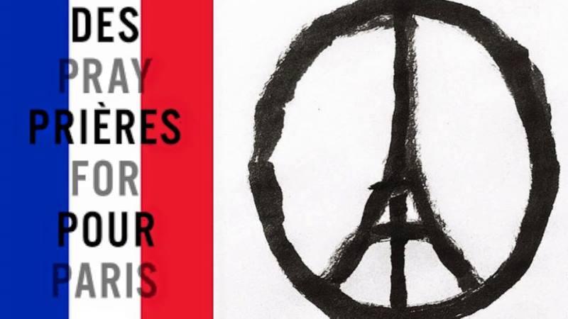 En fredsymbol  förvandlat till en bild av ett Eifeltorn i en cirkel. Bredvid den franska flaggans färger och texten Be för Paris på franska och engelska.