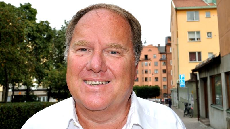 Per Karlström har en vit tröja och tunnt, brunt hår.