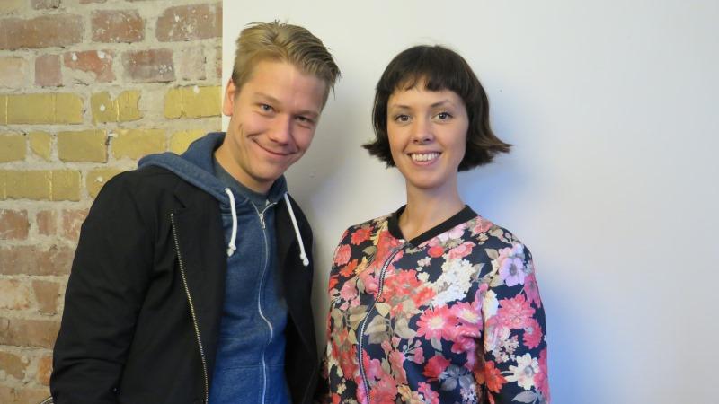 Erik Broström har kort, ljust hår. My Gudmundsdotter har mörkt hår och en blommig tröja.