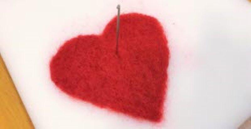 Textil: rött tuftat hjärta på vit botten