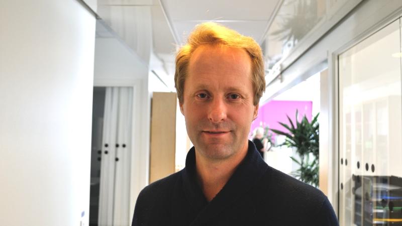 Stefan Näslund på MTM. Porträtt på blond, medelålders man i kontorsmiljö.