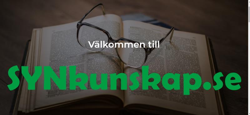 """Bild från webbplats. Över ett foto på ett par glasögon som ligger på en uppslagen bok står texten """"Välkommen till"""" i vit och """"SYNkunskap.se"""" i grön text."""