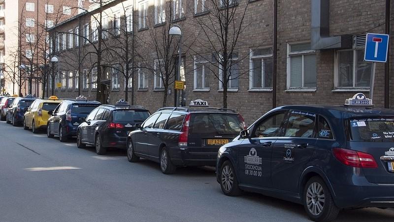 En rad av taxibilar i kö på en återvändsgata.