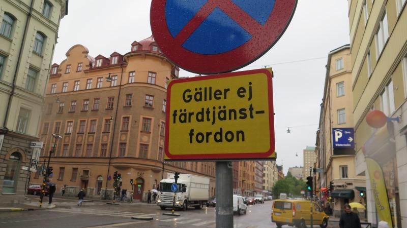 """Stoppskylt i gatumiljö med texten """"Gäller ej färdtjänstfordon"""""""