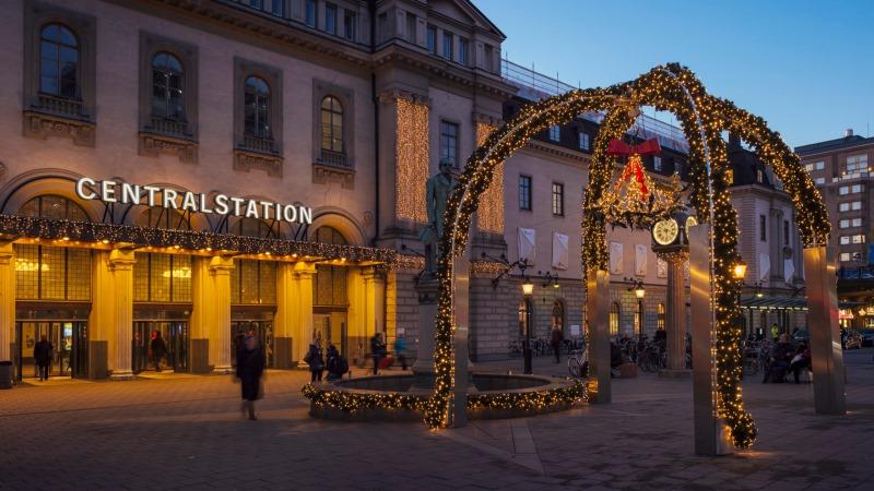 Julbelysning utanför Sthlm Centralstation, en 5m hög julmistel som man kan gå under. Ställning  med fyra ben