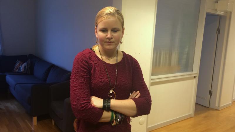 Josefin Bergstrand har ljust hår och en vinröd tröja.