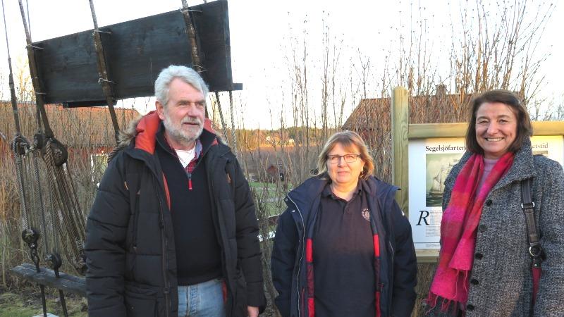 En man och två kvinnor som står mitt i det tillgängliga landskapet.
