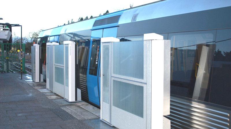 Plattformsväggar vid Åkeshovs station.