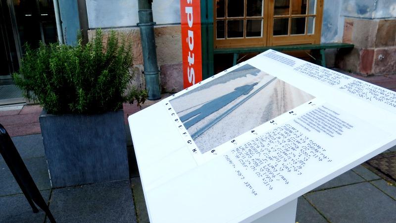 Tavla med taktil bild utanför Stadsmuseet.