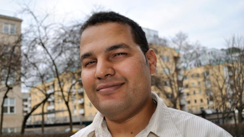 Hamaddah Mansour har kort mörkt hår.